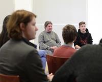 Daniel Kubiak (Zeitzeuge, Bildmitte) im Gespräch mit Schüler*innen der Klasse 10b, Oberschule Hohen Neuendorf